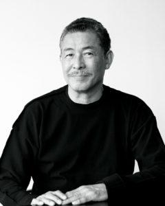 Fotografía del diseñador Issey Miyake de negro